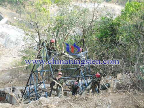 工人搭建钻机塔