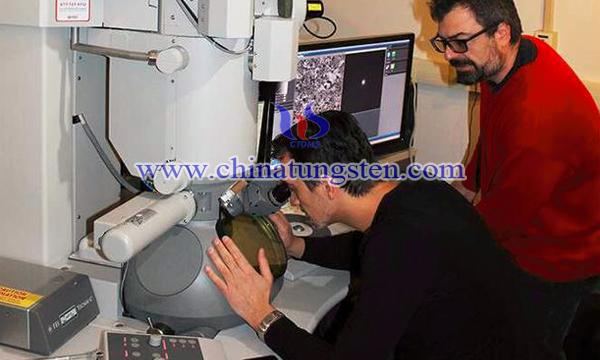 Osman El Atwani(左)和Enrique Martinez正在透射电镜前工作