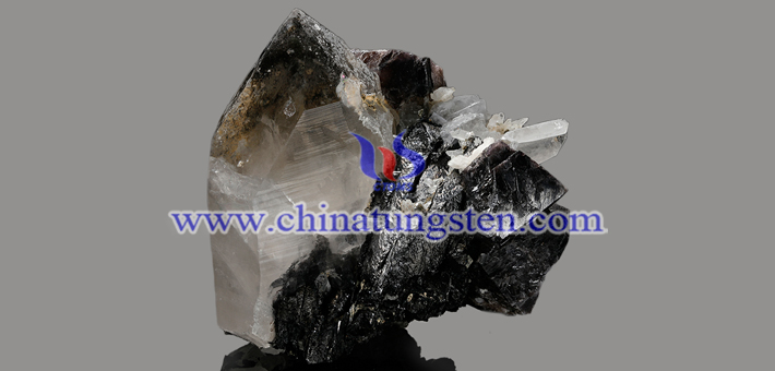 钨矿石图片
