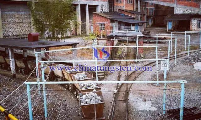 选矿厂运矿铁轨图片