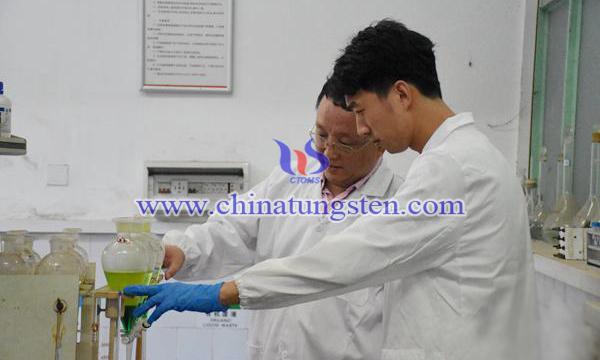 趙中偉(左)指導學生進行實驗