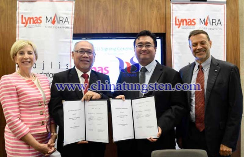 Representatives of Lynas and MARA exchanging documents during the signing of the Memorandum of Understanding image