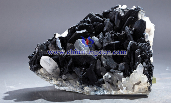 black tungsten ore picture