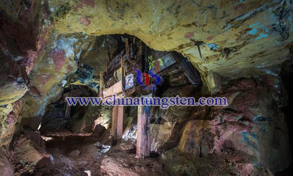 黑钨矿石图片